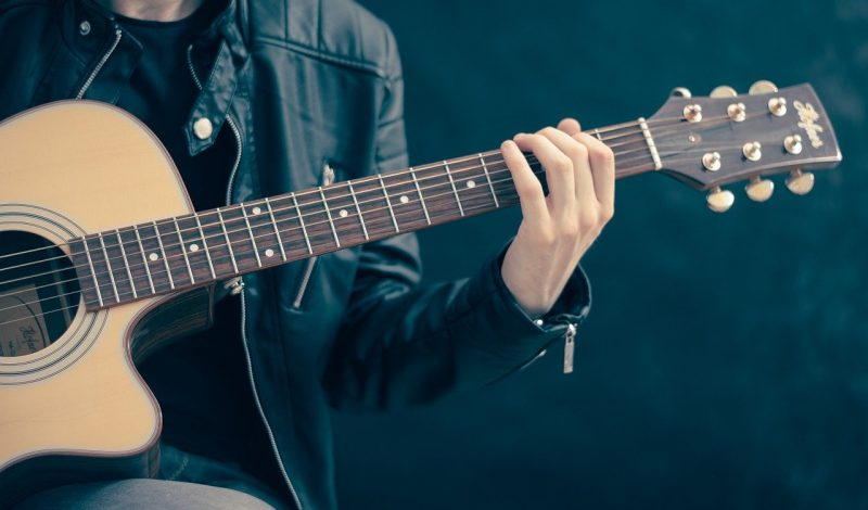 4 Common Mistakes You Do When You Are Buying Your First Guitar!